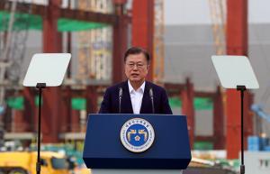 """문 대통령 """"공급망 재편 파고 넘어 2030년 종합반도체 강국으로"""""""