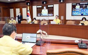 정부, 현행 거리두기 2주 연장…사적모임 인원 제한도 유지